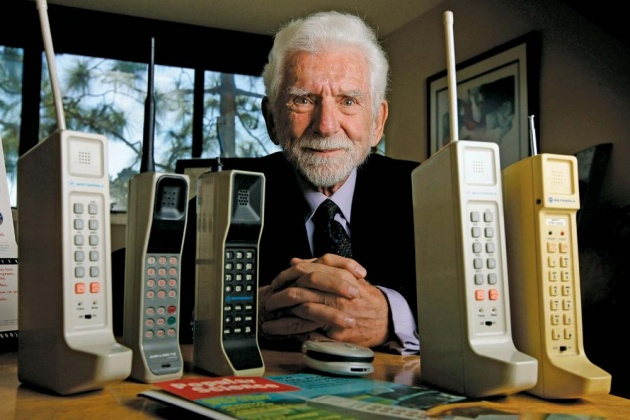 evolution_of_cell_phones_from_brick_phone_to_smart_phone